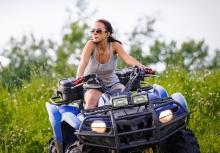 Девушки водители не хуже чем мужчины и им также легко кататься на квадроциклах